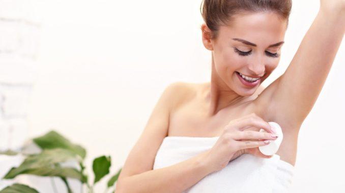 Kobieta uzywająca dezodorant